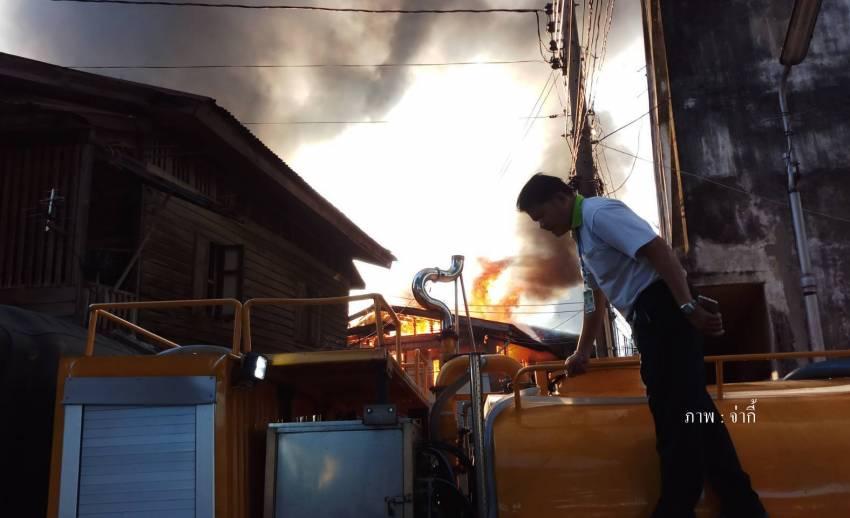 ไฟไหม้บ้านเรือนใกล้วัดโสมนัสฯ เบื้องต้น พบว่าเสียหาย 9 หลัง