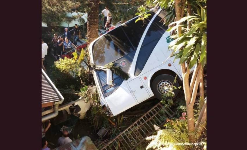 ตร.แจ้งข้อหาคนขับรถทัวร์ตกถนนบนดอยสุเทพ เจ็บ 7 คน