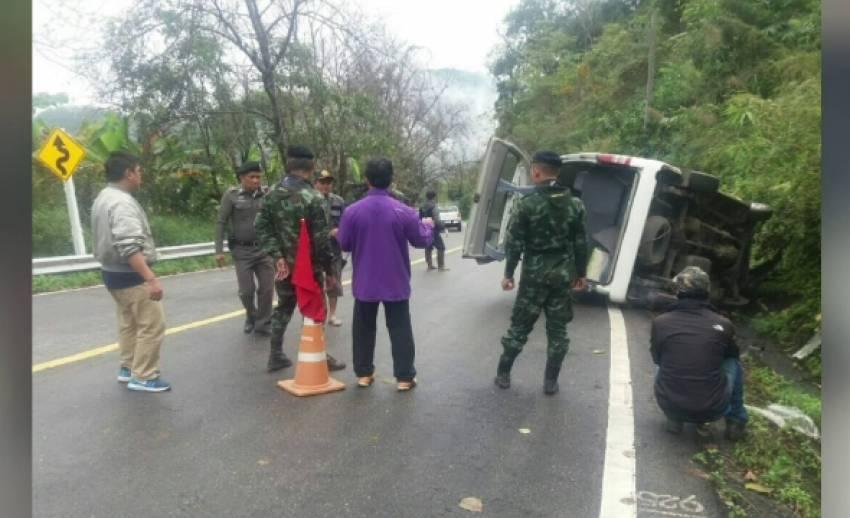 รถตู้พลิกคว่ำถนนลงดอยอ่างขาง เจ็บ 4 คน
