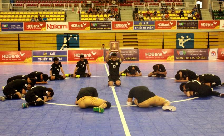 ทีมฟุตซอลชายทีมชาติไทยก้มลงกราบสนามแสดงความอาลัยแด่ในหลวง รัชกาลที่ 9