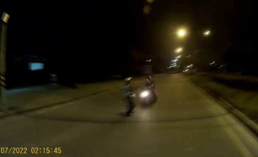 2 วัยรุ่นเมาขี่รถย้อนศรหนีด่านตรวจชน ตร.ชลบุรีเจ็บสาหัส