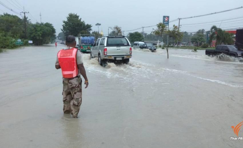 ผู้ว่าฯ ประจวบฯ สั่งเกาะติดน้ำท่วม เตือน ปชช.รับมือพายุ คืนนี้