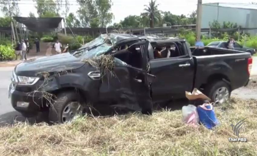 เด็กแว้นเสียหลักล้มตัดหน้ากะทันหัน รถกระบะหักหลบพลิกคว่ำ บาดเจ็บ 5 คน