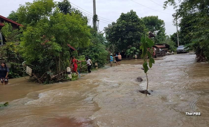 น้ำท่วมบ้านปากบัง อ.นาแก จ.นครพนม เสียหายหนัก ถนนถูกตัดขาด