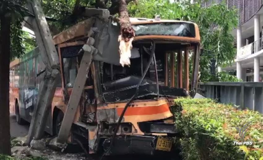 รถเมล์สาย 505 เสียหลักชนเสาไฟริม ถ.พหลโยธิน หลังกลับจากตรวจสภาพรถ