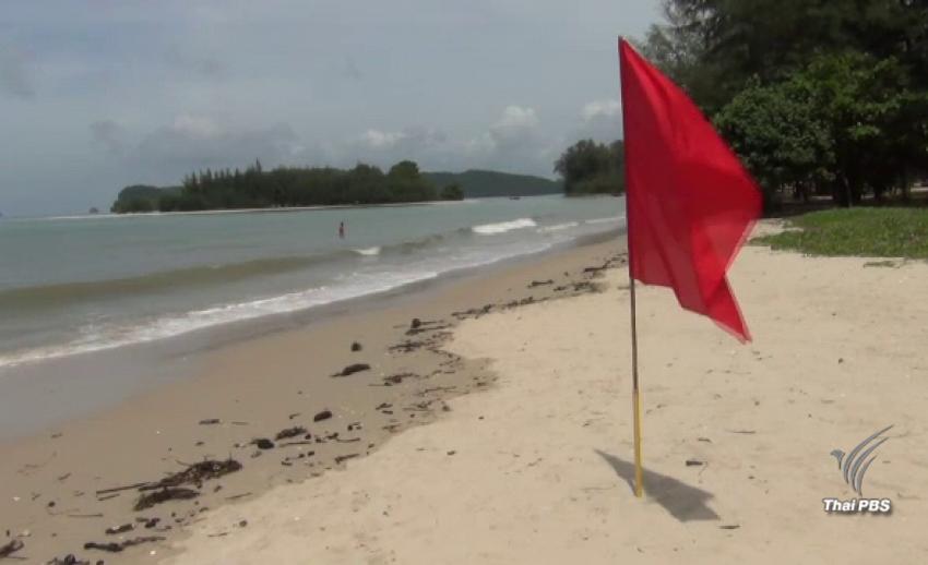 """ปักธงแดงหาดนพรัตน์ธารา """"ห้ามลงเล่นน้ำ"""" เหตุคลื่นลมแรง 4-5 วัน"""
