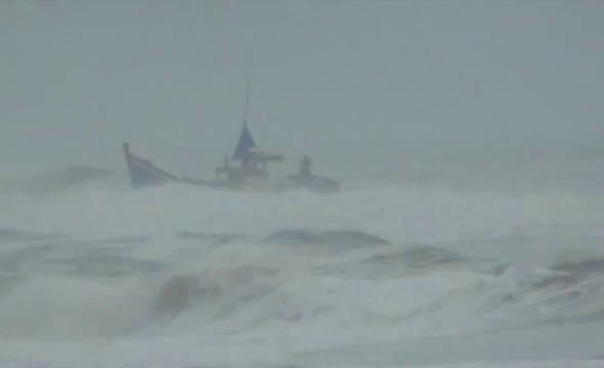 ช่วยเหลือลูกเรือประมงอินโดฯ คลื่นซัดเรืออับปางเกยหาดพังงา