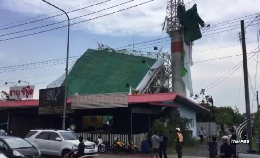 ลมกระโชกแรง พัดป้ายโฆษณาล้มทับบ้านพังเสียหาย