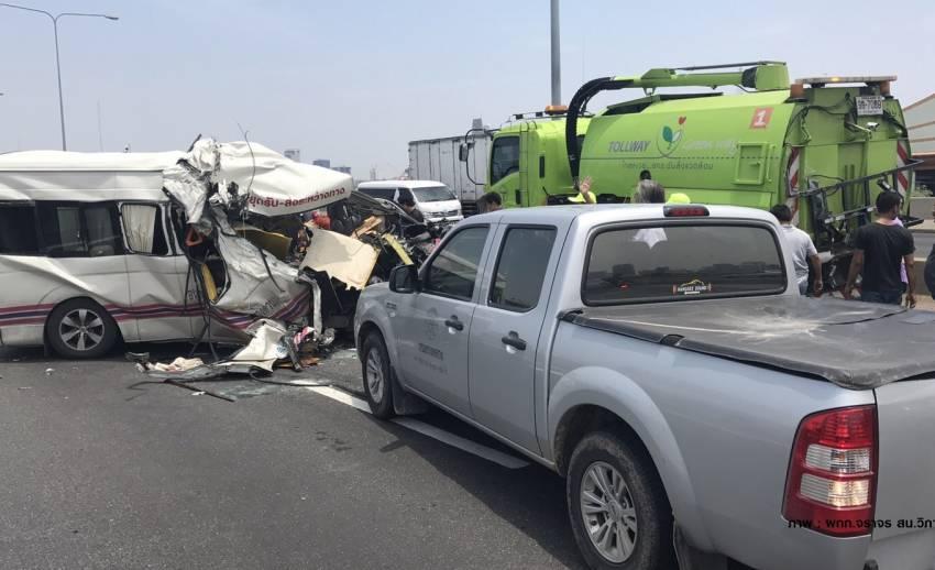 รถตู้ชนรถดูดฝุ่นโทลล์เวย์ ตาย 2 คน