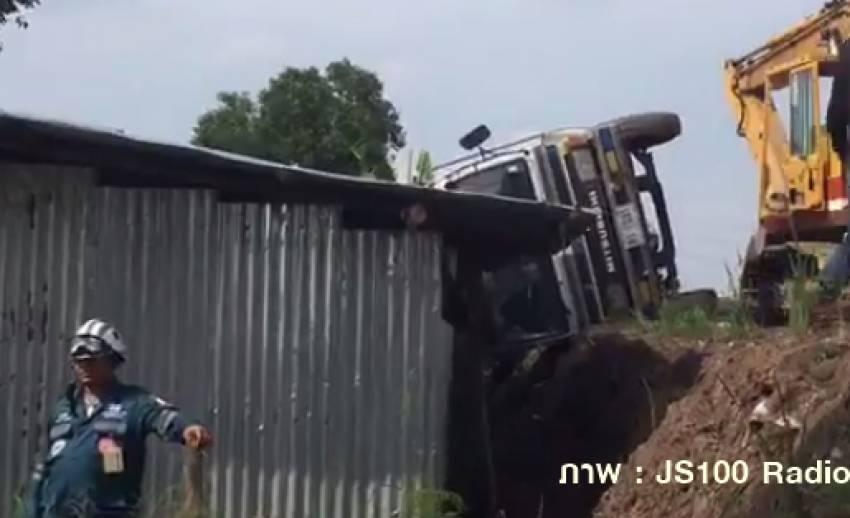 รถบรรทุกเหล็กเส้นหล่นทับบ้านพักคนงาน ตาย 3 เจ็บ 5 จ.ปทุมธานี
