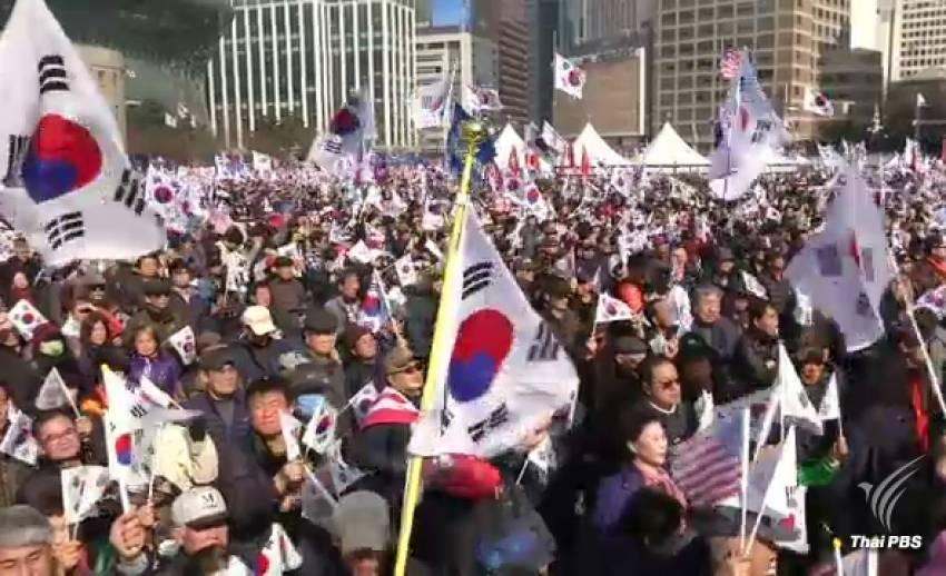 """ผู้สนับสนุน """"ปาร์ค กึน-เฮ"""" รวมตัวประท้วง หลังศาล รธน.ถอดถอนออกจากประธานาธิบดี"""