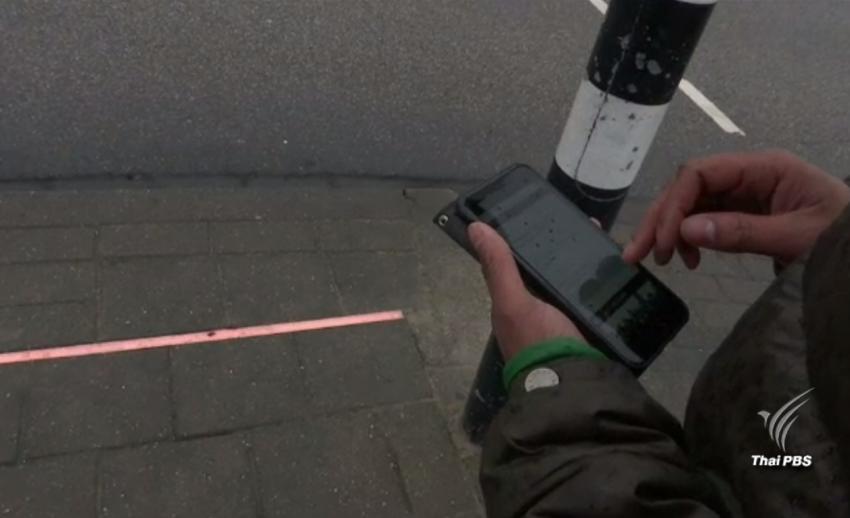 """""""เนเธอร์แลนด์"""" ติดตั้งไฟจราจรป้องกันอุบัติเหตุให้คนก้มหน้าใช้โทรศัพท์มือถือ"""