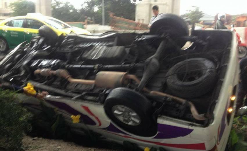 รถตู้สายสำโรง-รังสิตพลิกคว่ำเหตุฝนตกถนนลื่น