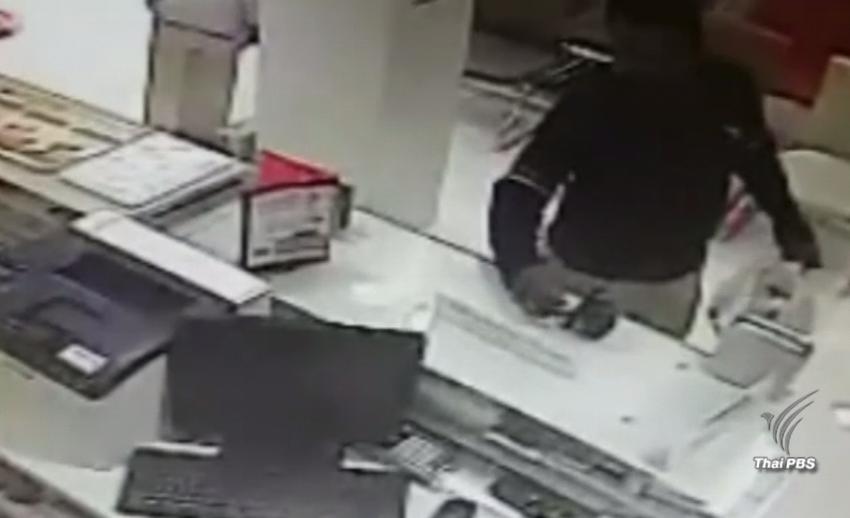 ผู้ก่อเหตุ 2 คนใช้ระเบิดปลอมบุกจี้ชิงเงินธนาคารใน จ.นนทบุรี