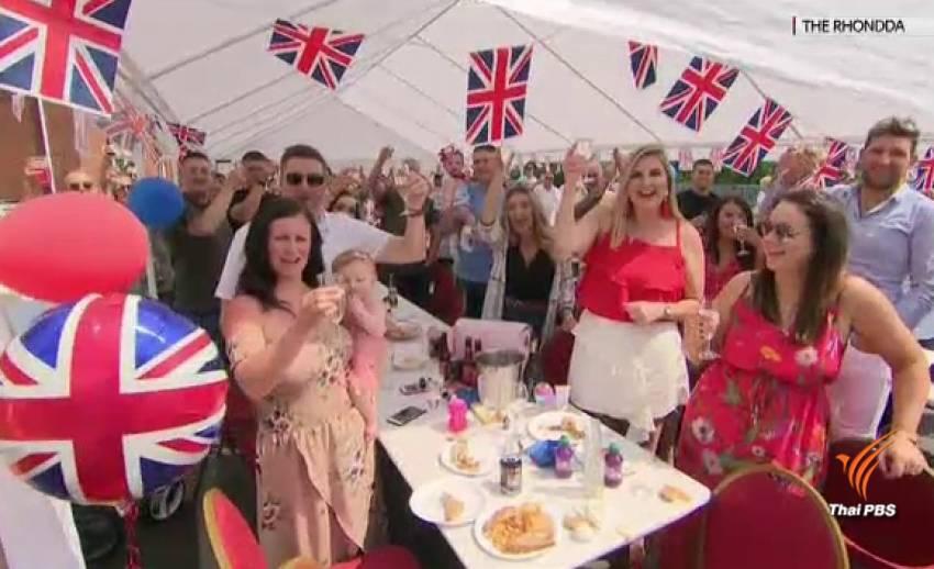 """ชาวอังกฤษจัด """"สตรีท ปาร์ตี้"""" ฉลองพิธีเสกสมรส"""