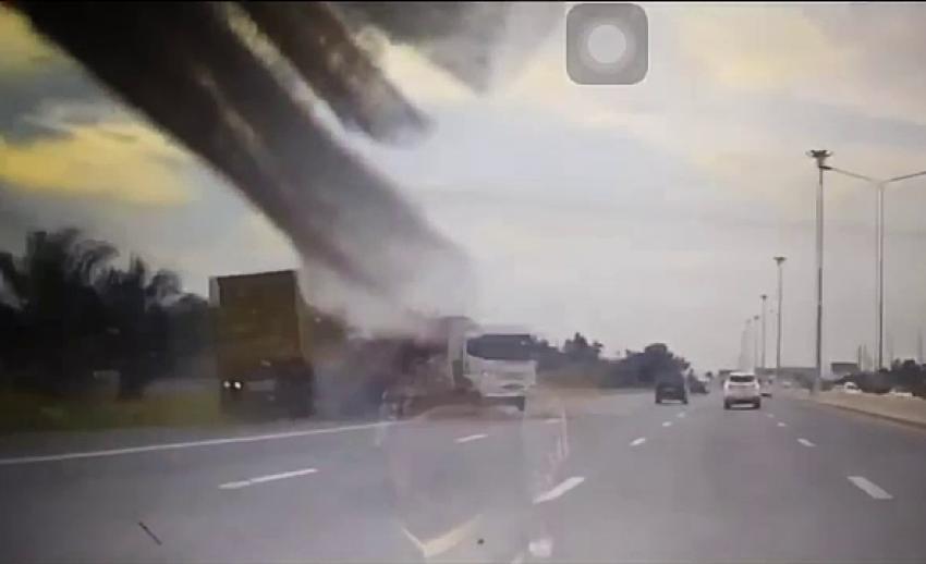 กล้องบันทึก รถคอนเทนเนอร์ไม่เบรก พุ่งชนท้ายรถกระบะ-รถบรรทุก คาดอาจหลับใน