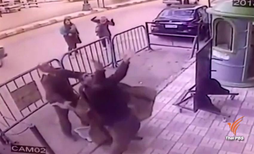นาทีระทึก ตำรวจอียิปต์ช่วยชีวิตเด็กชาย 5 ขวบ พลัดตกตึก