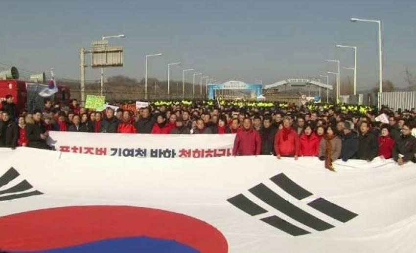เกาหลีใต้ชุมนุมประท้วงคณะผู้แทนเกาหลีเหนือ ร่วมพิธีปิดโอลิมปิกฤดูหนาว