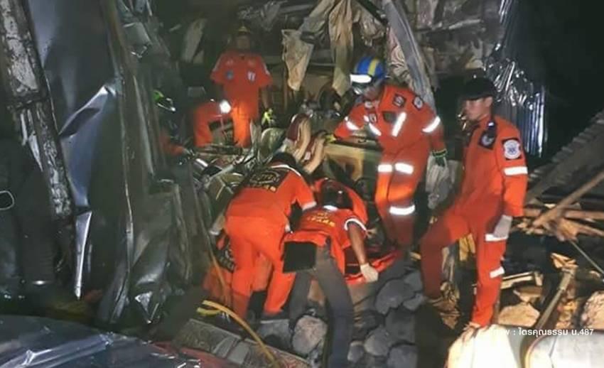 รถบัสชนกับ 18 ล้อโค้งวังน้ำเขียว เสียชีวิตอย่างน้อย 5 คน