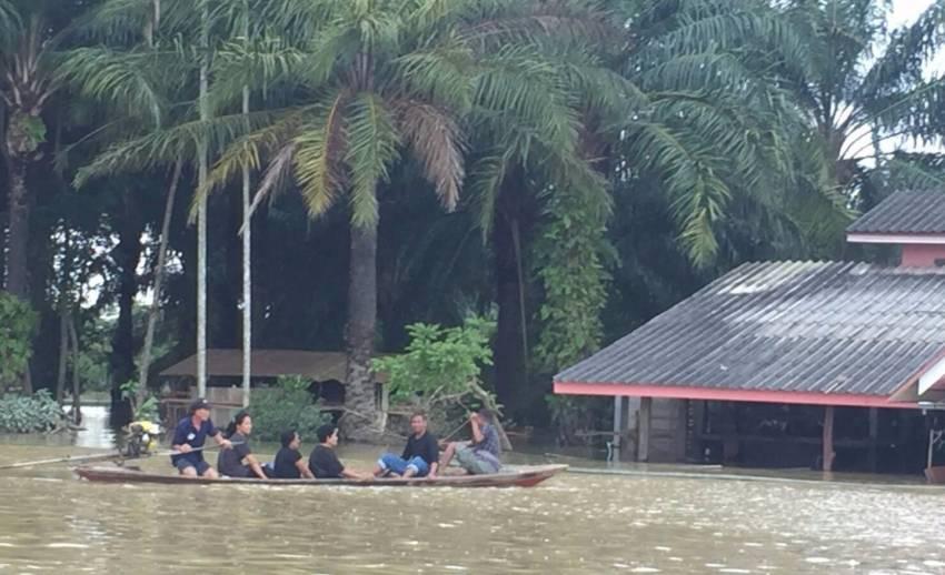 อ.พุนพิน จ.สุราษฎร์ธานี น้ำท่วมสูงหลายตำบล กรมอุตุฯ เตือนภาคใต้ฝนตกหนักถึง 25 ม.ค.นี้