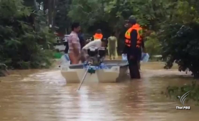 ทหารช่วยผู้ประสบอุทกภัยใน อ.ไชยา จ.สุราษฎร์ธานี หลังออกจากหมู่บ้านไม่ได้
