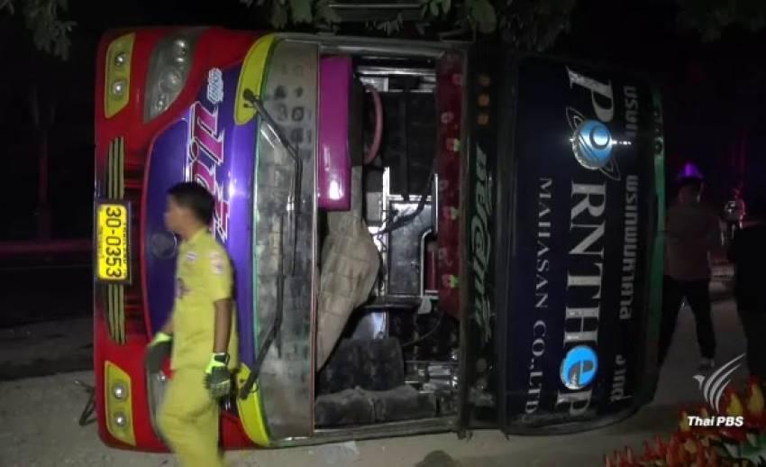 รถบัส นศ.เทคโนฯ ลาดกระบัง เสียหลักชนขอบทาง เหตุคนขับวูบ – บาดเจ็บ 47 คน