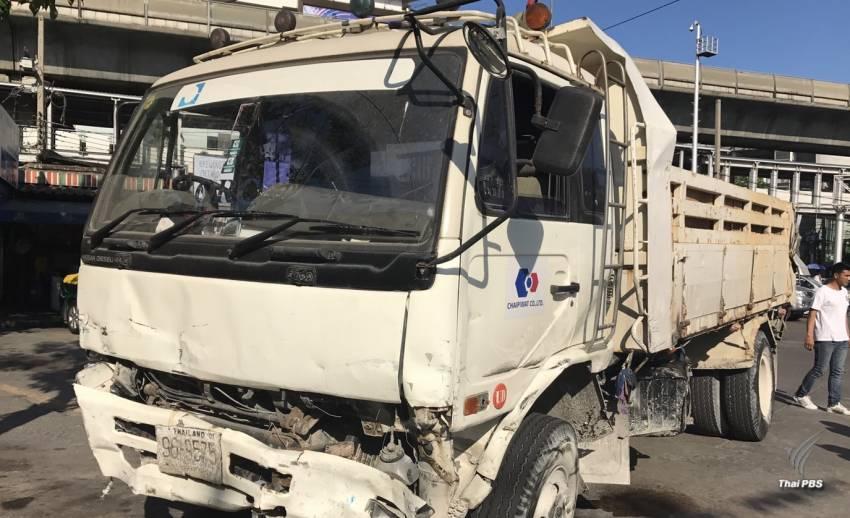 รถบรรทุกขับหนีตำรวจชนรถเสียหาย 34 คันย่านเอกมัย รวบตัวพบยาไอซ์-ฉี่ม่วง
