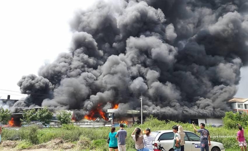 ไฟไหม้อาคารพาณิชย์ 3 ชั้น ในตลาดไท วอด 4 คูหา ล่าสุดคุมเพลิงได้แล้ว