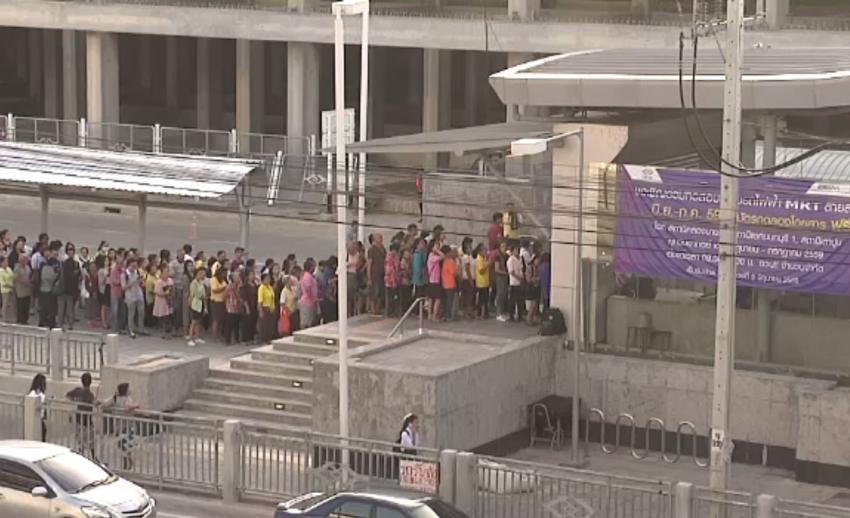 ประชาชนจำนวนมากทดลองนั่งรถไฟฟ้าสายสีม่วง-รฟม.คาดมีผู้ใช้บริการ 12,000 คน