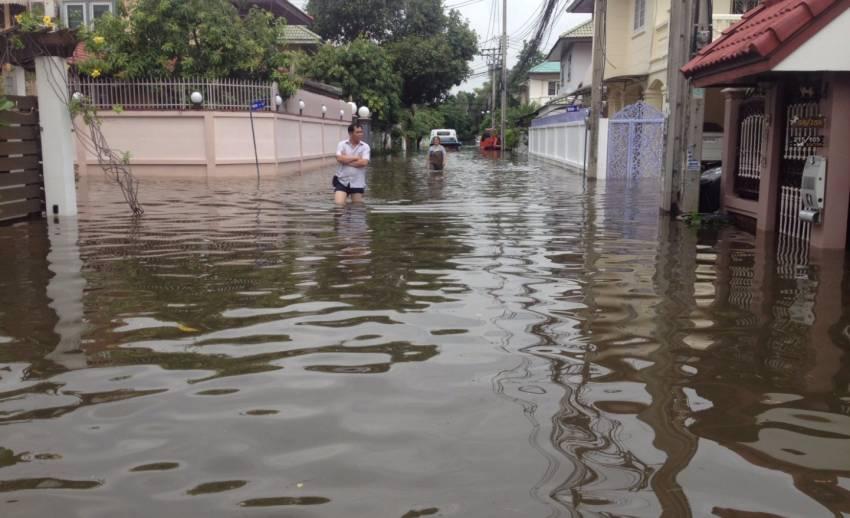 ชาวบ้านรามอินทรา 34 แยก 13 เขตบางเขน กทม. น้ำท่วมเท่าเอว ร้องเขตฯ ให้ช่วยแต่ไม่ได้ผล