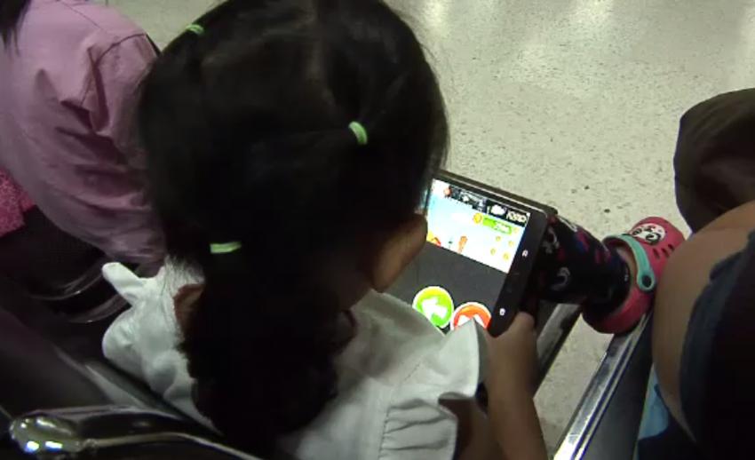 นักจิตวิทยาแนะตั้งกฎเล่นสมาร์ทโฟนของเด็ก ป้องกันพฤติกรรมติดจอ