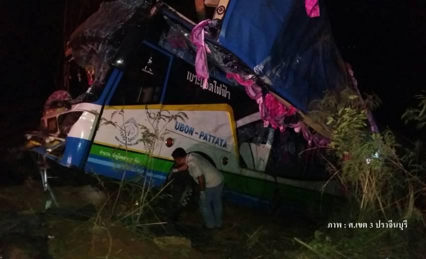 เกิดเหตุรถทัวร์ รถตู้ รถกระบะชนกัน บนถนนสาย 304 จ.ปราจีนบุรี  เสียชีวิต 1 เจ็บ 30