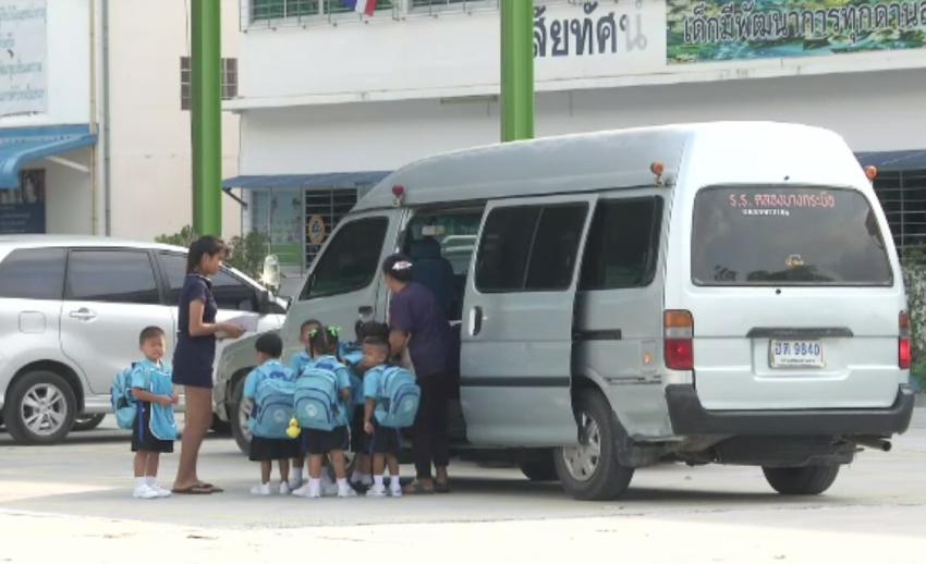 ผู้ปกครองเรียกร้องผู้ประกอบการรถรับส่งนักเรียนเข้มงวดขึ้น หลังเด็กเสียชีวิตในรถตู้