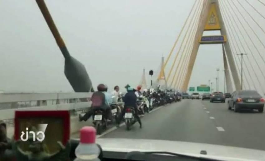 """ทางหลวงชนบทแจงขี่รถจยย.บนสะพานภูมิพลเสี่ยง """"สะพานสูง-ลมแรง-รถทรงตัวยาก"""" เกิดอุบัติเหตุง่าย"""