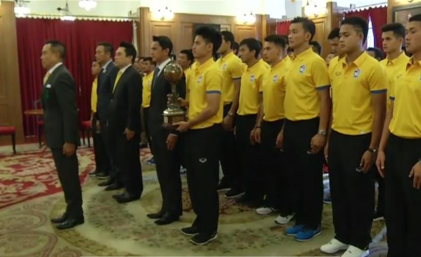 นักฟุตบอลทีมชาติไทยเดินทางไปลงนามถวายพระพร หลังคว้าแชมป์คิงส์คัพ