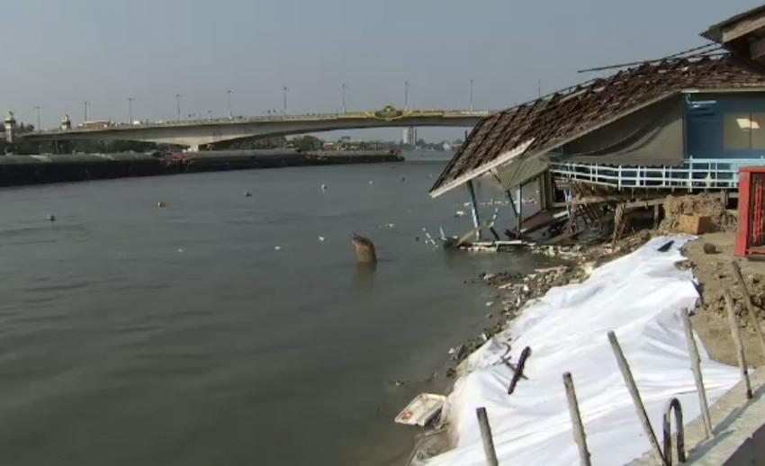 บ้านทรุดจากการก่อสร้างเขื่อนกันน้ำกัดเซาะริมแม่น้ำเจ้าพระยา