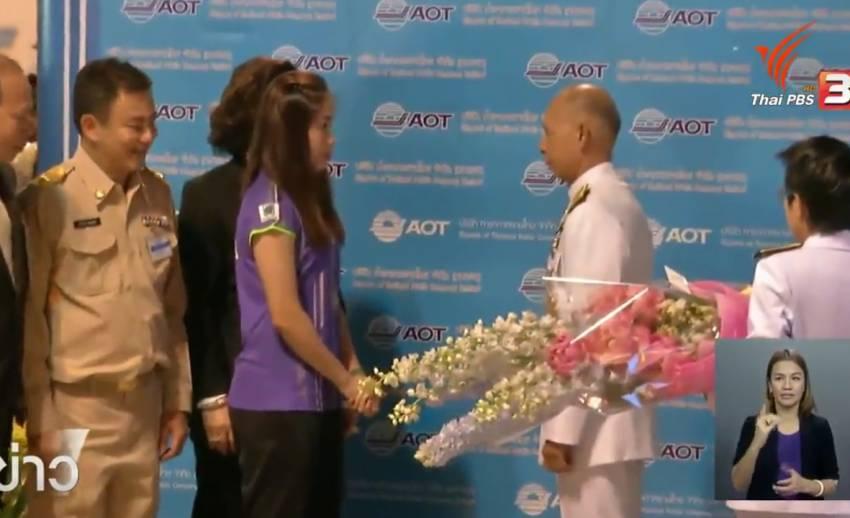 """แห่รับ """"เมย์-รัชนก"""" กลับบ้าน หลังคว้าแชมป์สิงคโปร์ โอเพ่น  ขึ้นแท่นแบดมินตันมือ 1 โลก"""