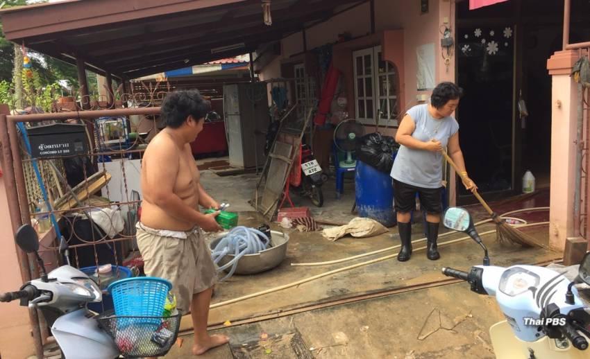 เพชรบุรี น้ำลดแล้ว ชาวบ้านเริ่มทำความสะอาดบ้านเรือน แต่ยังเตือนฝนตกหนัก2-3 วันนี้
