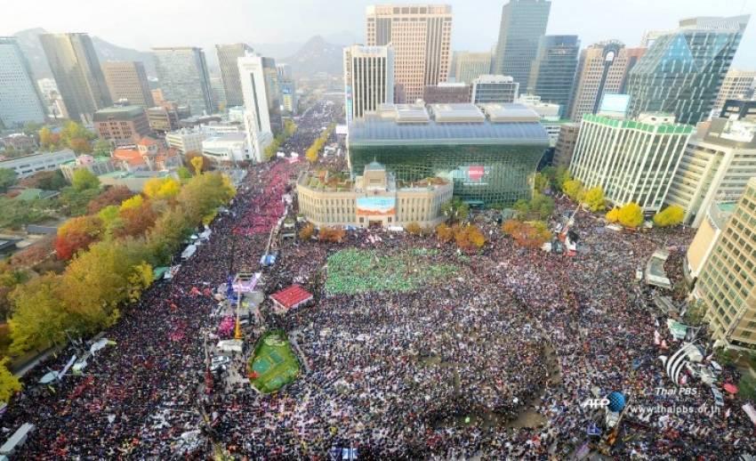 """ชาวเกาหลีใต้นับแสนประท้วงครั้งใหญ่ในรอบ 30 ปี ขับไล่ """"ปาร์ค กึน เฮ"""" พ้น ปธน."""