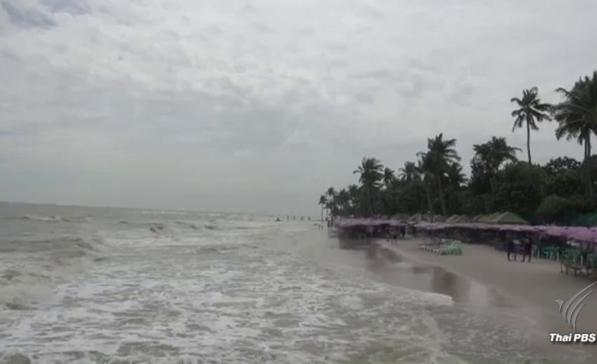 เตือนนักท่องเที่ยวงดลงเล่นน้ำบริเวณชายหาดหัวหิน หลังมีคลื่นลมแรงต่อเนื่อง