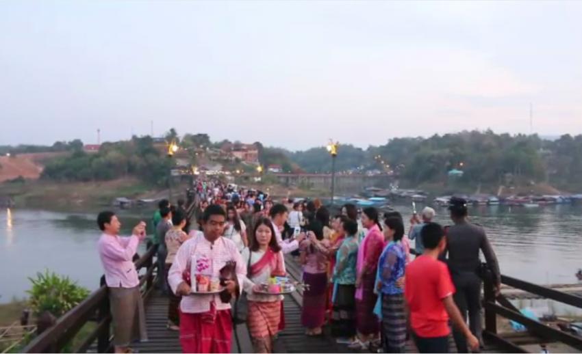นักท่องเที่ยวแห่ไหว้พระวัดเก่ากลางแม่น้ำซองกาเลีย จ.กาญจนบุรี