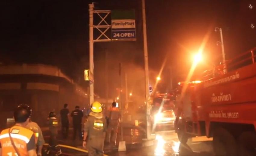 ไฟไหม้มินิมาร์ทกลางเมืองพัทยา เจ้าหน้าที่ดับเพลิงบาดเจ็บ 1 คน