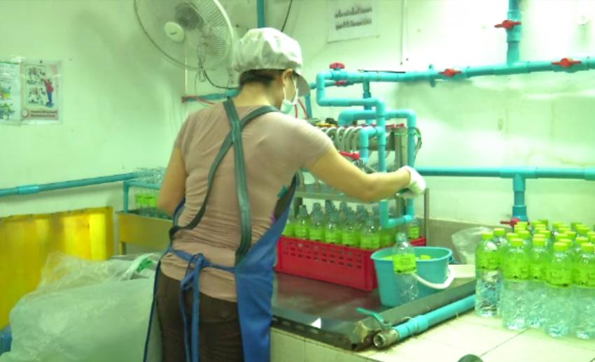 ผู้ผลิตน้ำดื่ม จ.ปทุมธานี เผยปริมาณความต้องการน้ำดื่มเพิ่มขึ้นจนผลิตไม่ทัน