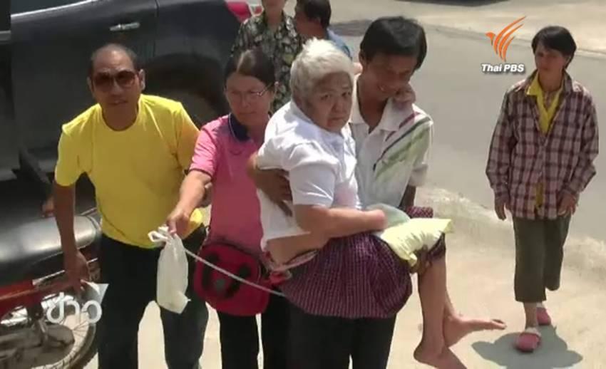 ชาวบ้าน จ.กาญจนบุรี อุ้มหญิงชราวัย 76 ร้อง ตร. หลัง รพ.ผ่าตัดไส้ติ่งแต่กลับเป็นอัมพาต