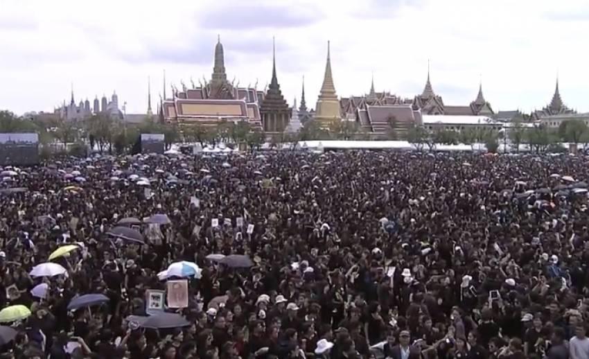 ประชาชนเตรียมร่วมร้องเพลงสรรเสริญพระบารมี เต็มพื้นที่ท้องสนามหลวง