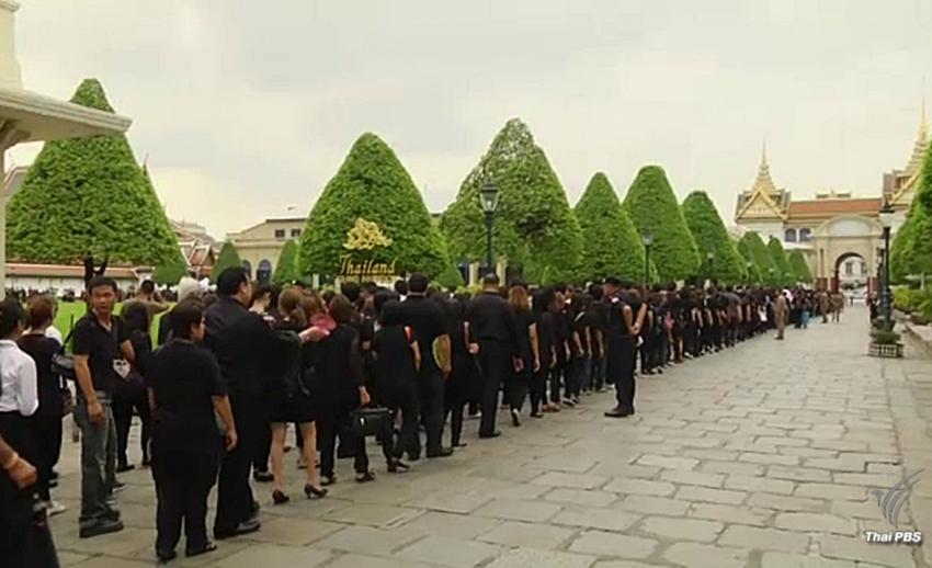 สมาคมผู้ประกอบการรถขนส่งทั่วไทยจัดรถบริการประชาชนลงนามแสดงความอาลัย