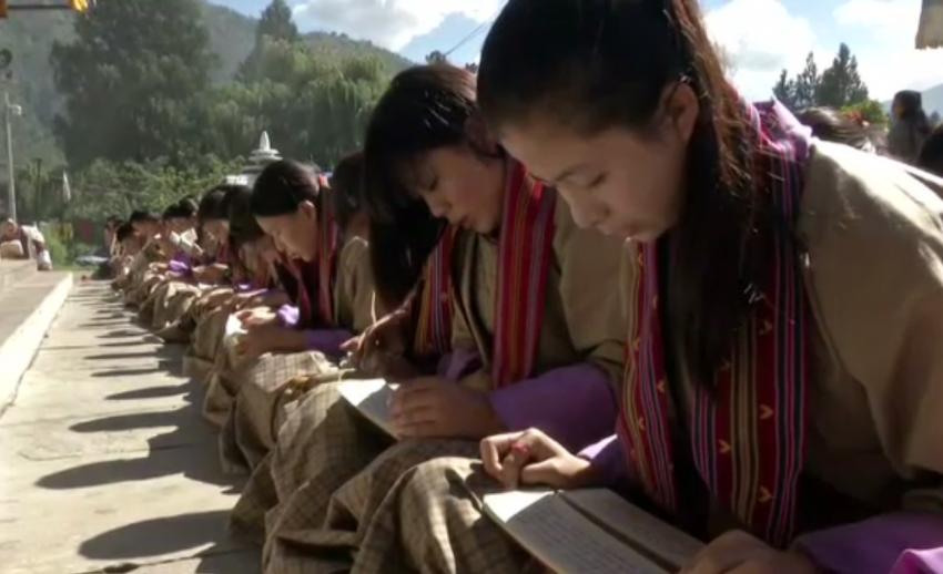 นักเรียนภูฏาน ร่วมสวดบำเพ็ญพระราชกุศล
