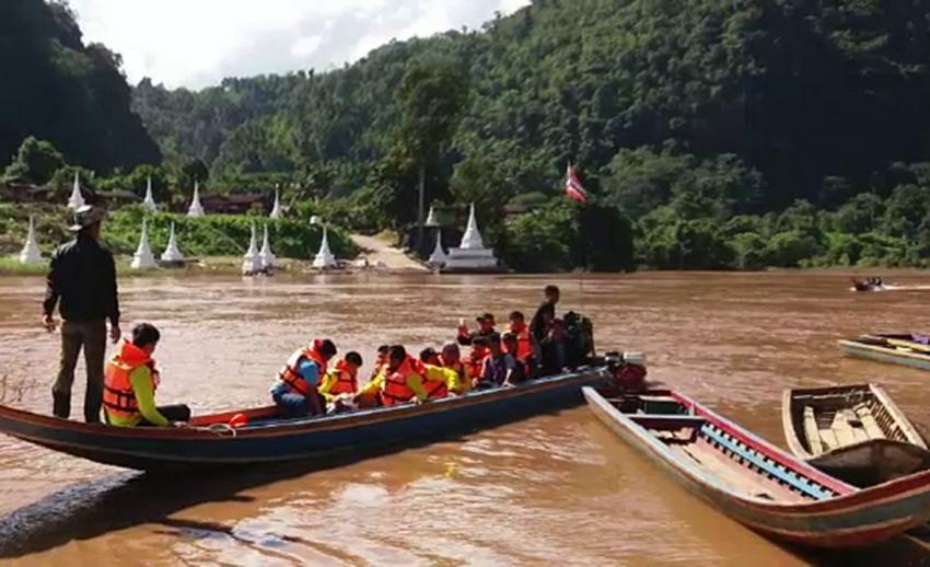 เรือหางยาวล่มกลางแม่น้ำเมย จ.ตาก สูญหาย 4 คน