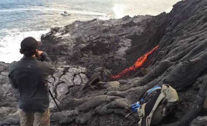 หาดูยาก ! ธารลาวาภูเขาไฟไหลลงทะเลฮาวาย