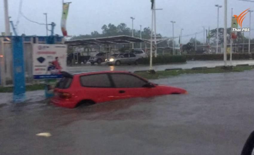 ถนนหลายสายเมืองสุรินทร์น้ำท่วมขังจากฝนตกหนัก เตือนขับรถระวัง-เจ้าหน้าที่เร่งระบาย